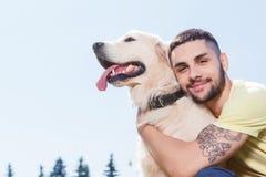 Stilig grabb med hans hund arkivbilder