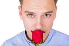 Stilig grabb som luktar den röda rosen Royaltyfri Fotografi