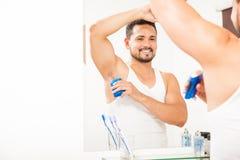 Stilig grabb som sätter på någon deodorant royaltyfria foton