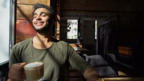 Stilig grabb som vilar i kafé arkivfilmer