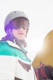 Stilig hållande snowboard för ung man utomhus Royaltyfri Fotografi