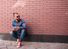 Stilig hipstergrabb som arbetar på den digitala minnestavlan fotografering för bildbyråer