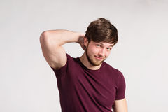 Stilig hipsterkonditionman i den burgundy t-skjortan, studioskott royaltyfria bilder