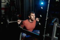 Stilig idrotts- man som gör ett satt i idrottshallen arkivfoto