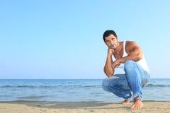 stilig jeans man havet Arkivbild