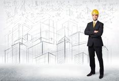 Stilig konstruktionsspecialist med stadsteckningen i bakgrund Arkivbild