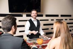Stilig kortåterförsäljare i en kasino fotografering för bildbyråer