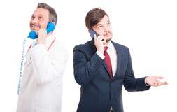 Stilig läkare och advokat som talar på telefonen fotografering för bildbyråer