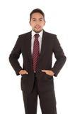 Stilig latinsk man som bär ett rött band royaltyfri bild