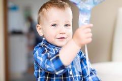 Stilig le litet barnpojke arkivbild