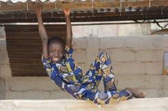 Stilig liten svart etnicitetpojke som spelar på skolan arkivfoton