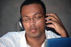 stilig lyssnande manmusik till Royaltyfri Bild