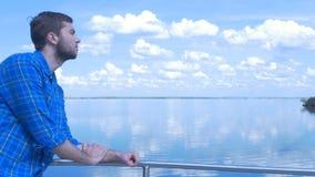 Stilig man av skeppet och att se till staden Man stilfull pojke, blå skjorta, nätt pojke som är attraktiv, vårsemestrar Royaltyfri Bild