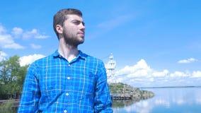 Stilig man av skeppet och att se till staden Man stilfull pojke, blå skjorta, nätt pojke som är attraktiv, vårsemestrar Royaltyfria Bilder