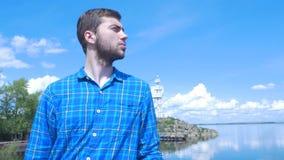 Stilig man av skeppet och att se till staden Man stilfull pojke, blå skjorta, nätt pojke som är attraktiv, vårsemestrar Arkivfoto