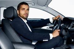 Stilig man i bilen stående för man för glass livstid för konjakaffärscigarr lyxig Royaltyfria Bilder