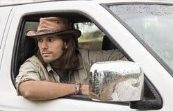 Stilig man i cowboyhatt i bilen 4x4 Safaristil Fotografering för Bildbyråer