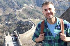 Stilig man i den stora väggen av Kina royaltyfria foton