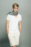 Stilig man i scarf på hals Royaltyfria Bilder