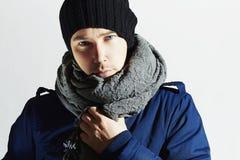 Stilig man i skorv Stilfull europeisk pojke med blåa ögon tillfällig modevinter Arkivfoto
