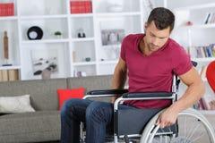 Stilig man i 40-tal som sitter i rullstol Arkivfoton