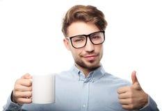 Stilig man i tillfällig kläder som rymmer en kopp royaltyfri fotografi