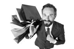 Stilig man med bästa sikt för lottshoppingpåsar man i dräkten som är lycklig från shoppingtid och gåvor för vänner Försäljningar  arkivfoto