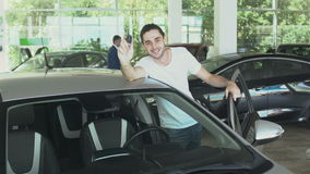 Stilig man med biltangenter från den nya automatiskn i bilåterförsäljare lager videofilmer