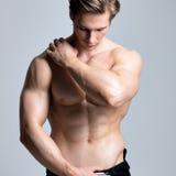Stilig man med den sexiga muskulösa härliga kroppen Arkivfoto