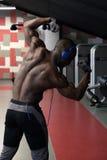 Stilig man med stora muskler som poserar på kameran i idrottshallen fotografering för bildbyråer