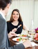 Stilig man och kvinna som har den romantiska matställen Arkivfoto