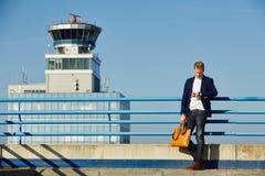 Stilig man på flygplatsen Arkivfoto