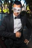 Stilig man som är klar att delta i ett maskeradparti arkivbild