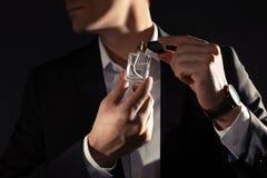 Stilig man som applicerar doft p? halsen, closeup royaltyfria foton