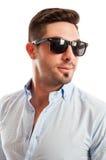 Stilig man som bär den öppen skjortan och solglasögon fotografering för bildbyråer
