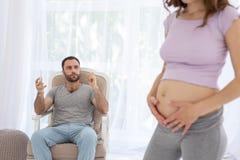 Stilig man som beundrar gravida kvinnan Royaltyfri Fotografi
