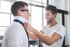 Stilig man som binder hans pojkvänslips Royaltyfria Foton