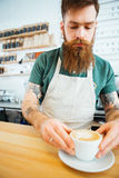 Stilig man som förbereder kaffe Royaltyfri Foto