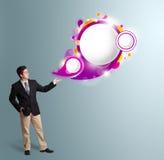 Stilig man som framlägger abstrakt utrymme för anförandebubblakopia Fotografering för Bildbyråer