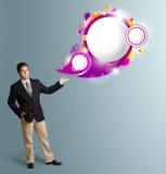 Stilig man som framlägger abstrakt utrymme för anförandebubblakopia Arkivbilder