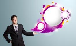 Stilig man som framlägger abstrakt utrymme för anförandebubblakopia Arkivfoton
