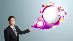 Stilig man som framlägger abstrakt utrymme för anförandebubblakopia Royaltyfri Foto