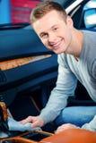 Stilig man som gör ren hans bil Fotografering för Bildbyråer