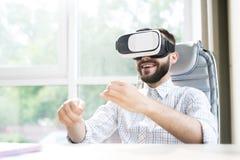 Stilig man som i regeringsställning tycker om VR royaltyfria foton