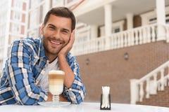 Stilig man som kopplar av med koppen av latte royaltyfria foton