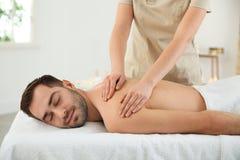 Stilig man som mottar tillbaka massage arkivbilder