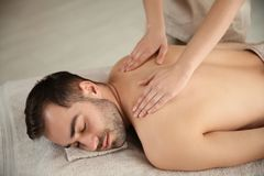 Stilig man som mottar tillbaka massage arkivfoto