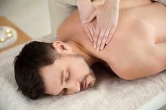 Stilig man som mottar tillbaka massage arkivbild
