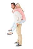 Stilig man som på ryggen ger sig till hans flickvän Royaltyfria Bilder