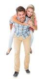 Stilig man som på ryggen ger sig till hans flickvän Arkivfoto